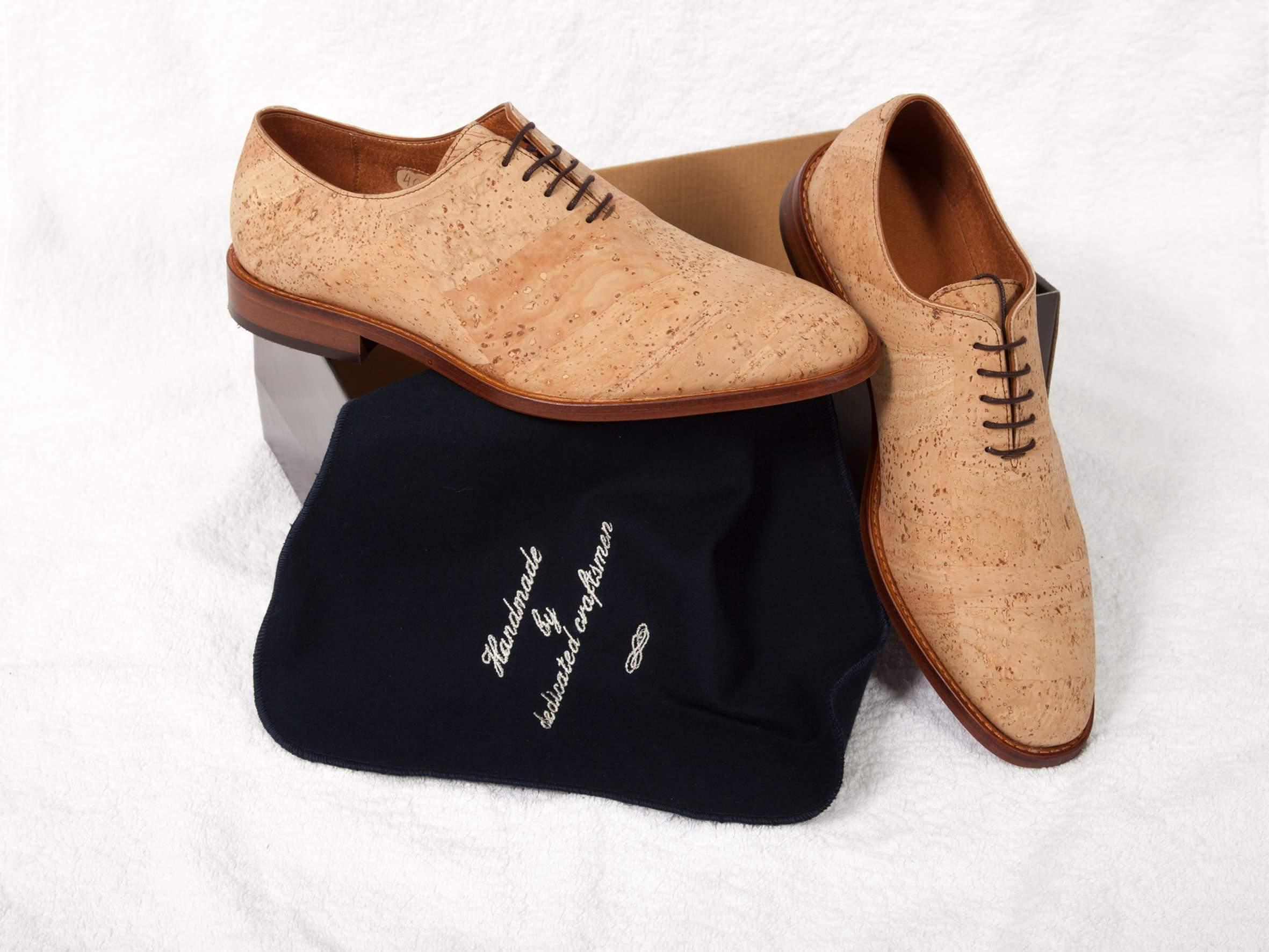 fa84fdb6f Sapato clássico em cortiça estilo Oxford; Com feitio de buracos; Sem feitio  de buracos